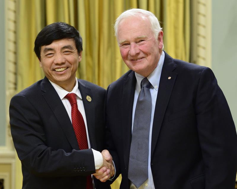 Dr. John Chen receives one of the Synergy Awards for Innovation from Governor General David Johnston. Photo credit: Rideau Hall.